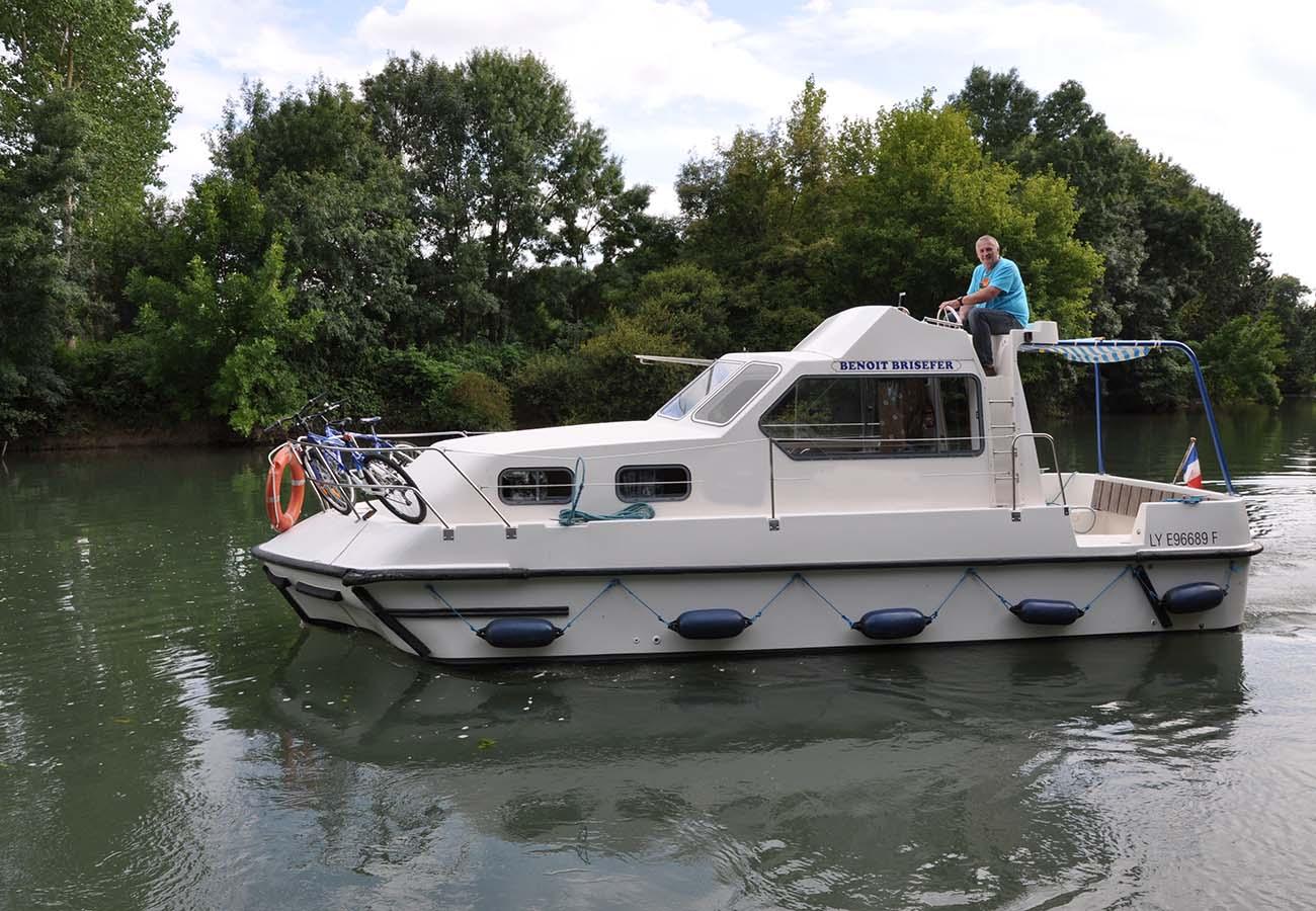location bateau Triton 860 Fly