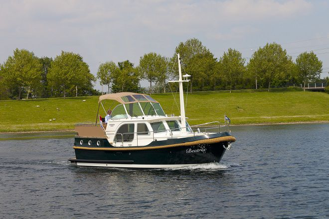 outside Linssen Strudy 32 AC