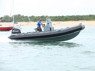 location bateau Bombard Explorer 690